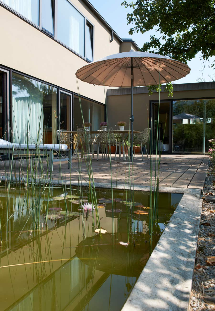 Einfamilienhaus_Kleintobel_Wasserflaeche_Terrasse