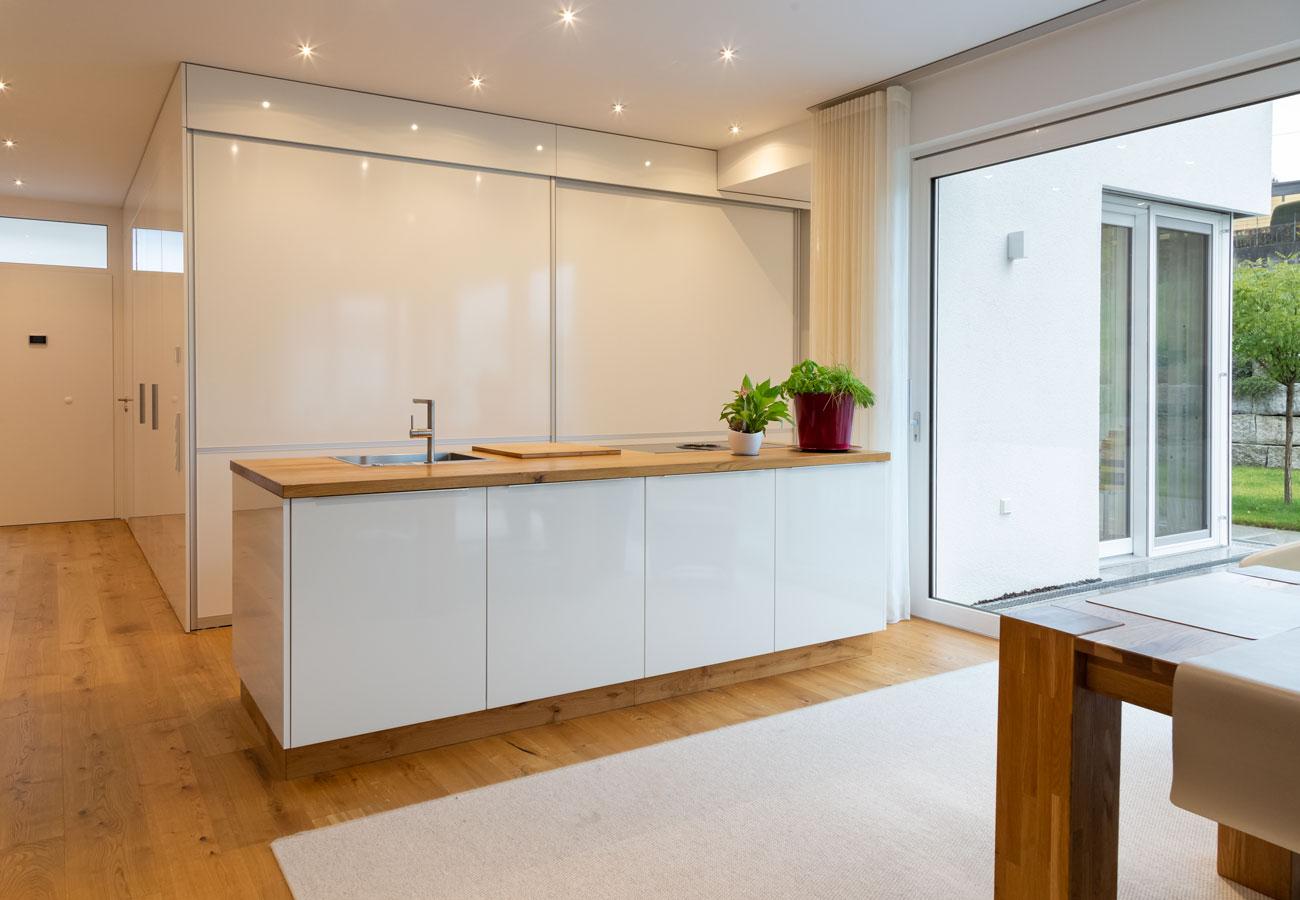 Innenarchitektur_Haus_Baindt_Kueche_Einbauschrank_zu