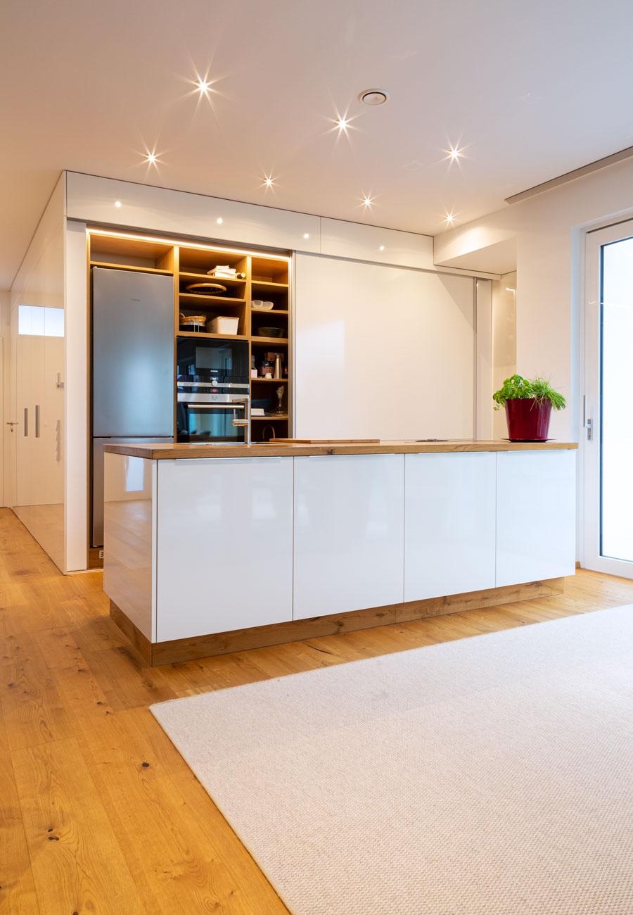 Innenarchitektur_Haus_Baindt_Kueche_Einbauschrank_offen_3